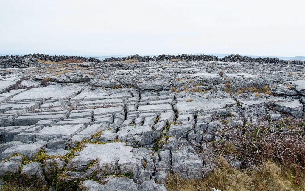 Steine auf Irishmore (Aran Inseln) in Irland.