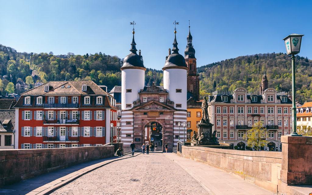 Brückentor zur Altstadt von der Alten Brücke in Heidelberg.