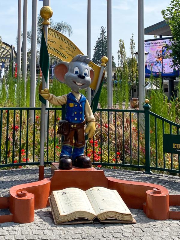 Eurpapark Maskottchen Ed Euromaus begrüßt die Besucher gleich am Eingang