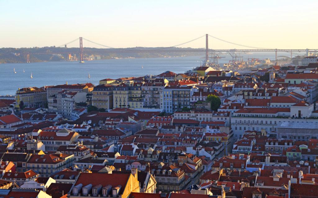 Ausblick von Alfama auf Lissabon, Tejo und die Brücke