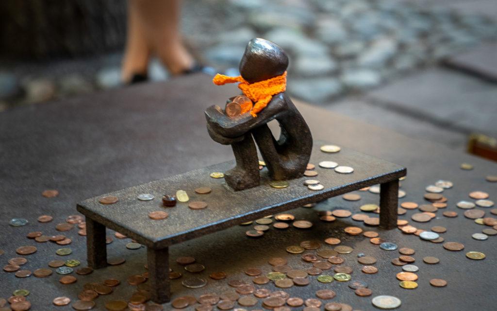 Järnpojke, mit 15 cm die kleinste Skulptur in einem öffentlichen Raum in Stockholm